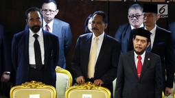 Ketua Umum Partai NasDem Surya Paloh dan Ketua Kogasma Partai Demokrat Agus Harimurti Yudhoyono (kanan) menghadiri pelantikan anggota DPR RI di Kompleks Parlemen, Senayan, Jakarta, Selasa (1/10/2019). (Liputan6.com/Johan Tallo)