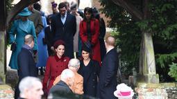 Duchess of Cambridge, Kate Middleton dan Duchess of Sussex, Meghan Markle tiba menghadiri perayaan Natal kerajaan di Gereja St Mary Magdalene di Sandringham, Inggris (25/12). (AFP Photo/Paul Ellis)