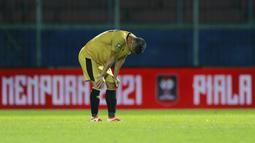 Pemain Bhayangkara Solo FC, Indra Kahfi, menangis usai ditaklukkan Persija Jakarta pada laga Piala Menpora 2021 di Stadion Kanjuruhan, Malang, Rabu (31/3/2021). Persija Menang dengan skor 2-1. (Bola.com/M Iqbal Ichsan)