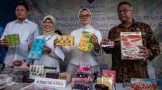 Kepala Badan POM RI  Penny K. Lukito menunjukkan kosmetik dan makanan ilegal sebelum dimusnahkan di Balai Besar POM Jakarta, Selasa (2/5). Pemusnahan secara simbolis dilakukan secara langsung oleh Penny K. Lukito (Liputan6.com/Gempur M Surya)