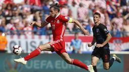 Gareth Bale. Gelandang berusia 31 tahun ini merupakan top skor Timnas Wales sepanjang masa dengan 33 gol dalam 91 laga. Menjalani debutnya di usia 16 tahun. Bersama Tottenham musim ini berhasil mencetak 16 gol dalam 34 laga di semua kompetisi. (Foto: AP/Darko Bandic)