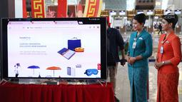 Model menunjukkan website layanan GarudaShop di Bandara T3 Soekarno-Hatta, Tangerang, Banten, Selasa (13/2). Langkah ini diambil Garuda Indonesia untuk mengejar pendapatan di luar penjualan tiket. (Liputan6.com/Angga Yuniar)