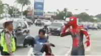 Pengendara harus ditilang polisi karena membawa penumpang tanpa helm di Sisingamangaraja tepatnya di Persimpangan Tritura, Medan.