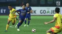 Gelandang Persib, Gian Zola (tengah) berebut bola dengan pemain depan Bhayangkara FC, Wahu Subo Seto dilanjutan Liga 1 Indonesia di Stadion Patriot Candrabhaga, Bekasi, Minggu (4/6). Bhayangkara FC menang 2-0. (Liputan6.com/Helmi Fithriansyah)