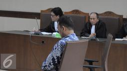 Panitera Pengadilan Negeri Jakarta Pusat, Edy Nasution saat menjalani sidang tuntutan terkait kasus suap di Pengadilan Tipikor, Jakarta, Senin (21/11). Edy juga dituntut membayar denda Rp 300 juta subsider 5 bulan kurungan. (Liputan6.com/Helmi Affandi)