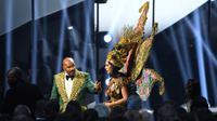 Pada kostum nasional Malaysia di Miss Universe 2019, terdapat sederet kue tradisional yang di antaranya adalah onde-onde dan kue lapis. (dok. PARAS GRIFFIN / GETTY IMAGES NORTH AMERICA / AFP)