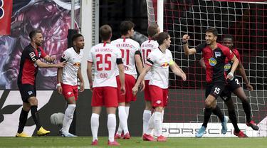 Pemain Hertha Berlin, Marko Grujic, melakukan selebrasi usai membobol gawang RB Leipzig pada laga  Bundesliga di Red Bull Arena, Rabu (27/5/2020). Kedua tim bermain imbang 2-2. (AP/Alexander Hassenstein)