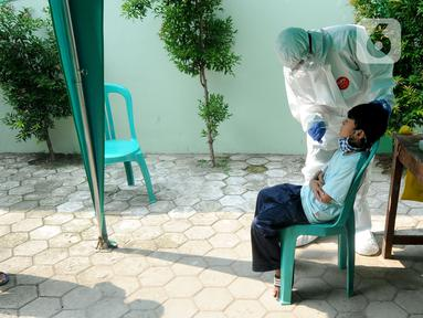 Paramedis melakukan kegiatan testing PCR kepada warga yang pernah berhubungan dengan pasien positif COVID-19 di Puskesmas Cinere, Depok, Jawa Barat, Kamis (10/6/2021). Testing setelah tracing dilakukan kepada puluhan warga untuk meminimalisir penyebaran COVID-19. (merdeka.com/Arie Basuki)