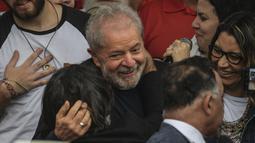 Mantan Presiden Brasil Luiz Inacio Lula da Silva tersenyum setelah dibebaskan di Curitiba, Brasil, (8/11/2019). Seorang hakim memerintahkan pembebasannya setelah putusan Mahkamah Agung bahwa terdakwa hanya boleh dipenjara jika mereka telah kehabisan opsi banding mereka. (AFP Photo/Carl De Souza)