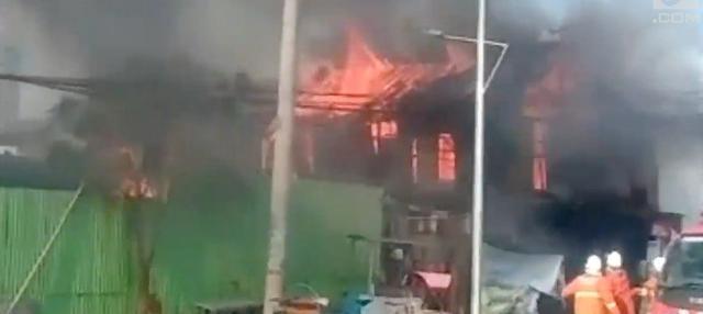 Lima rumah petak di jalan Pandegiling Surabaya, Minggu sore ludes terbakar.