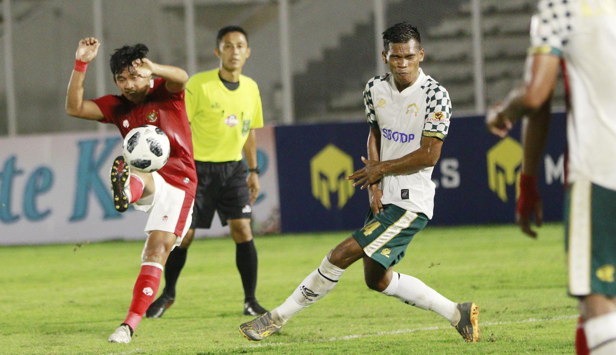 Tendangan keras gelandang Timnas Indonesia  U-23, Kadek Agung berhasil menjebol gawang Tira Persikabo. (Foto: Bola.com/M. Iqbal Ichsan)