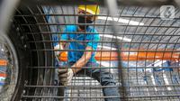 Pekerja merangkai baja untuk pembuatan spun pile atau tiang pancang di Plant Karawang PT Waskita Beton Precast, Jawa Barat, Rabu (17/6/2020). Masa pandemi Covid-19, Waskita Beton Precast melaksanakan rapid test berkala agar tetap menjalankan kualitas produk. (Liputan6.com/Fery Pradolo)