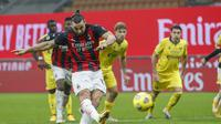 Striker AC Milan Zlatan Ibrahimovic gagal mencetak gol dari tendangan penalti saat melawan Hellas Verona pada pekan kedelapan Liga Italia di San Siro, Senin (9/11/2020) dini hari WIB. (AP Photo/Antonio Calanni)