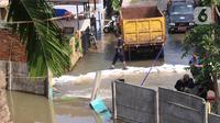 Kondisi banjir di Perumahan Nerada Estate Ciputat akibat jebolnya tanggul karena tertimpa tanah longsor, di Tangerang Selatan, Banten, Sabtu (12/6/2021). Longsor yang menimpa sejumlah rumah membuat tanggul pembatas kali jebol dan air meluap sehingga menyebabkan banjir. (Liputan6.com/Angga Yuniar)