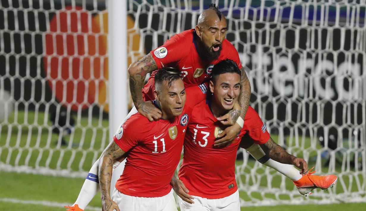 Para pemain Chili merayakan gol yang dicetak oleh Erick Pulgar ke gawang Jepang pada laga Copa America 2019 di Stadion Morumbi, Selasa (18/7). Chili menang 4-0 atas Jepang. (AP/Nelson Antoine)