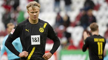 Striker Borussia Dortmund, Erling Haaland, tampak kecewa usai ditaklukkan Augsburg pada laga Bundesliga, Minggu (27/9/2020). Augsburg menang dengan skor 2-0. (Matthias Balk/dpa via AP)