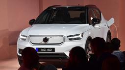 Volvo resmi meluncurkan mobil listrik perdananya, XC40 Recharge dalam acara di Los Angeles, California pada 16 Oktober 2019. Menggunakan penggerak road all wheel drive (AWD) electric powertain, XC40 Recharge bisa menghasilkan tenaga hingga 408 tk. (Frederic J. BROWN / AFP)