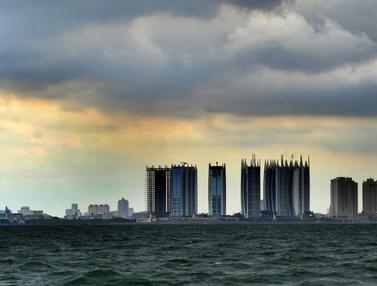 FOTO: Awan Cumulonimbus Selimuti Perairan Teluk Jakarta