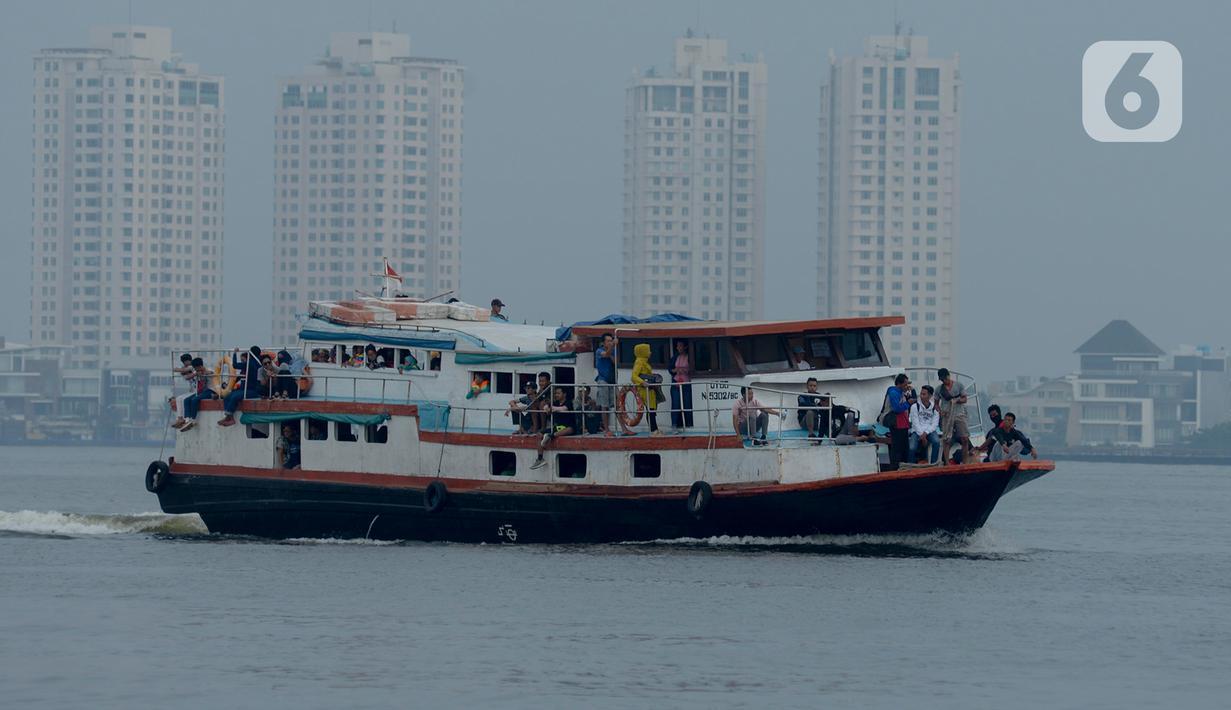 Sebuah kapal membawa wisatawan seusai menikmati libur di Kepulauan Seribu, Jakarta, Kamis (12/3/2020). Observasi virus corona Covid-19 di Pulau Sebaru, Kepulauan Seribu, tidak mempengaruhi iklim pariwisata di Kepulauan Seribu.  (merdeka.com/Imam Buhori)