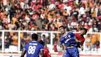 Striker Persija Jakarta, Heri Susanto, duel udara dengan bek Becamex Binh Duong, Ho Sy Giap, pada laga Piala AFC di SUGBK, Jakarta, Selasa (26/2). Kedua klub bermain imbang 0-0. (Bola.com/M. Iqbal Ichsan)
