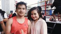 Prilly Latuconsina memberikan dukungan pada adiknya yang bertanding tinju (Instagram/@prillylatuconsina)