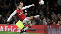 Pemain Arsenal Shkodran Mustafi menguasai bola saat bertandnag ke markas Chelsea pada laga leg kedua babak semifinal Piala Liga di Stadion Emirates, Kamis (25/1). Tiket final Piala Liga jatuh ke tangan Arsenal usai menang 2-1. (AP/Matt Dunham)