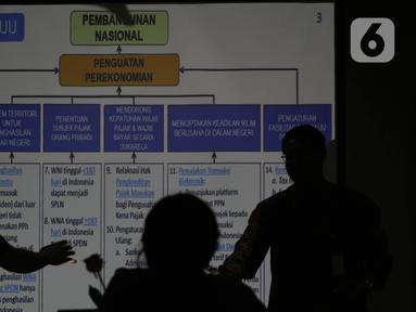 Dirjen Bea Cukai Heru Pambudi (kiri) memaparkan empat pilar omnibus law, Jakarta, Selasa (11/2/2020). Dirjen Pajak Suryo Utomo juga mengatakan upaya memperkuat perekonomian menjadi salah satu alasan utama pemerintah melakukan terobosan kebijakan dalam bentuk omnibus law. (Liputan6.com/Angga Yuniar)