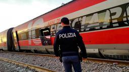 Sebuah gerbong kereta terlihat tergeletak di sisinya setelah tergelincir di dekat Lodi, Italia utara, Kamis (6/2/2020). Kereta itu tergelincir dari lintasan sekira 40 km dari Milan dan penyebab kecelakaan sedang diselidiki. (Vigili del Fuoco via AP)