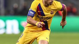 Penyerang Barcelona, Luis Suarez membawa bola saat bertanding melawan Inter Milan pada Grup F Liga Champions di stadion San Siro di Milan pada 10 Desember 2019. Suarez memilih hijrah ke Los Colchoneros setelah kontraknya di Barcelona diputus lebih awal. (AFP/Isabella Bonotto)