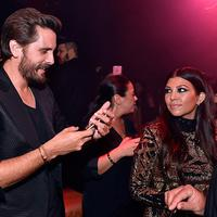 Kourtney Kardashian dan Scott Disick sepertinya menikmati kebersamaan mereka di pesta ulang tahun Kylie Jenner. (David Becker-WireImage- HollywoodLife)