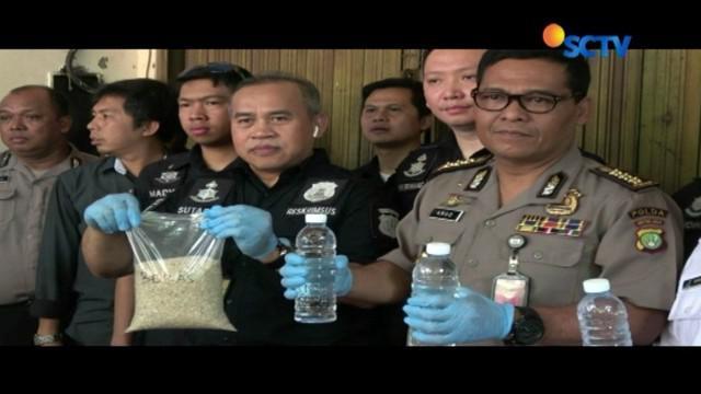 Polisi bersama petugas BPOM gerebek rumah tempat produksi miras tanpa izin di Tambora, Jakarta Barat.