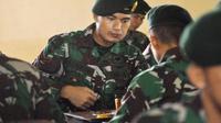 Dhika Bayangkara jadi salah satu pemain PS TNI yang diminta kembali ke barak untuk menjalani pengambilan film dokumenter. (Bola.com/Romi Syahputra)