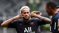 Pemain Paris Saint-Germain Neymar (kiri) bercanda dengan Kylian Mbappe saat sesi latihan jelang menghadapi Rennes dalam Trophee des Champions di Stadion Universiade Shenzhen, China, Jumat (2/8/2019). PSG akan menghadapi Rennes pada Sabtu, 3 Agustus 2019. (FRANCK FIFE/AFP)