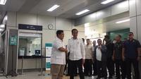 Joko Widodo atau Jokowi dan Prabowo Subianto bersalaman saat bertemu di Stasiun MRT Lebak Bulus, Jakarta, Sabtu (14/7/2019).