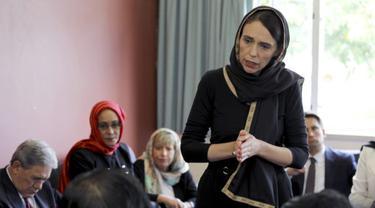 Perdana Menteri Selandia Baru Jacinda Ardern berbicara kepada perwakilan komunitas Muslim pada Sabtu, 16 Maret 2019 di Canterbury Refugee Centre di Christchurch, Selandia Baru, sehari setelah penembakan massal di dua masjid di kota.