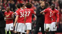 Manajer Liverpool, Jurgen Klopp, menyalami pemain Manchester United setelah timnya kalah 1-2 pada laga pekan ke-30 Premier League, di Old Trafford, Sabtu (10/3/2018). (AFP/Oli Scarff)