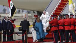 Paus Fransiskus tiba di Bandara Internasional Baghdad, Irak, Jumat (5/3/2021). Paus Fransiskus datang ke Irak untuk mendesak umat Kristen tetap tinggal dan membantu membangun kembali Irak setelah bertahun-tahun perang. (AP Photo/Andrew Medichini)