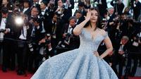 Aktris India Aishwarya Rai menghadiri pemutaran film Okja di Festival Film Cannes 2017, 19 Mei 2017. Rambut panjang ibu satu anak itu dibiarkan terurai, sementara bibirnya cukup dipulas dengan lipstik warna ungu muda. (AP Photo/Thibault Camus)
