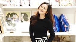 Kalau yang satu ini, Cut memakai celana kulot bermotif floral yang ia padukan dengan blus hitam. Cantik banget kan? (Instagram/cutratumeyriska)