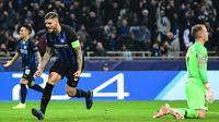 Striker Inter Milan, Mauro Icardi, merayakan gol yang dicetaknya ke gawang Barcelona pada laga Liga Champions di Stadion San Siro, Milan, Selasa (6/11). Kedua klub bermain imbang 1-1. (AFP/Miguel Medina)