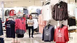 Pengunjung berbelanja di pusat perbelanjaan di Plaza Semanggi, Jakarta,Jumat (8/12). Jelang perayan natal dan tahun baru banyak pusat perbelanjaan menawarkan berbagai prodak dan diskon akhir tahun. (Liputan6.com/Angga Yuniar)