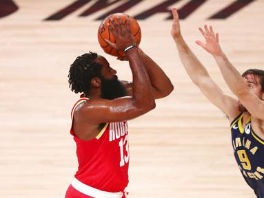 Pebasket Houston Rockets, James Harden, berusaha memasukan bola saat melawan Indiana Pacers pada laga NBA, Rabu (12/8/2020). Houston Rockets dikalahkan Indiana Pacers dengan skor 104-108. (Kim Klement/Pool Photo via AP)