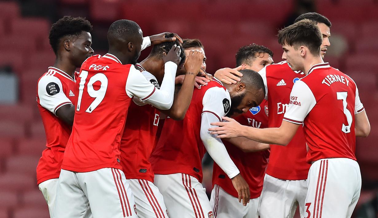 Pemain Arsenal merayakan gol yang dicetak Reiss Nelson ke gawang Liverpool pada laga lanjutan Premier League pekan ke-36 di Emirates Stadium, Kamis (16/7/2020) dini hari WIB. Arsenal menang 2-1 atas Liverpool. (AFP/Glyn Kirk/pool)