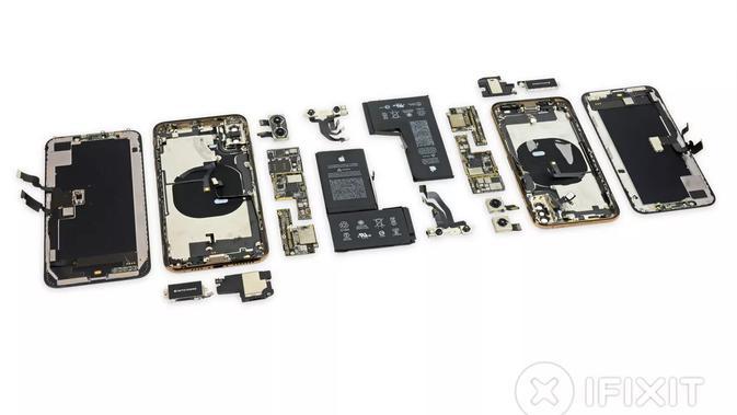 Tampilan iPhone XS dan iPhone XS saat dibongkar (Foto: iFixit)