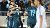 Para pemain timnas Argentina merayakan gol yang dicetak ke gawang timnas Uruguay dalam laga persahabatan di Stadion Bloomfield, Tel Aviv, Israel, Senin (18/11/2019). Skor berakhir 2-2, dengan penalti Lionel Messi menghindarkan timnas Argentina  dari kekalahan. (AP/Ariel Schalit)