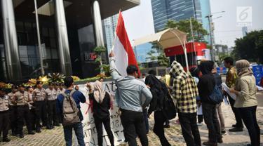 Mahasiswa yang tergabung dalam Jamak melakukan aksi unjuk rasa di KPK Jakarta, Rabu (3/10). Dalam aksinya Mereka menunut KPK segera memeriksa petinggi JICT-Koja dalam kerugian negara. (Liputan6.com/Angga Yuniar)