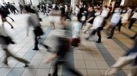 Para penumpang dengan menggunakan masker memenuhi sebuah lorong stasiun selama jam sibuk di Tokyo, Selasa (26/5/2020). Perdana Menteri Jepang Shinzo Abe mencabut keadaan darurat pandemi virus corona di Tokyo dan empat wilayah lainnya pada Senin (25/5). (AP Photo/Eugene Hoshiko)