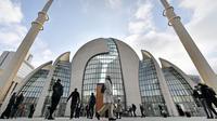 Suasana dari luar Masjid Cologne saat Hari Masjid Terbuka di Cologne, Jerman, Selasa (3/10). Setiap tanggal 3 Oktober komunitas Muslim ingin warga Jerman lainnya mengenal islam dengan cara membuka semua masjid untuk umum. (AP Photo/Martin Meissner)