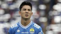 Gelandang Persib Bandung, Kim Kurniawan, bersiap saat akan melawan TIRA Persikabo pada laga Piala Presiden 2019 di Stadion Si Jalak Harupat, Bandung, Sabtu (2/3). Persib kalah 1-2 dari TIRA. (Bola.com/Yoppy Renato)