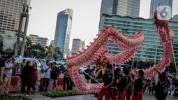 Para pemain Liang Liong hibur pengguna jalan di pedestrian di kawasan Bundaran HI, Jakarta, Kamis (23/1/2020). Kegiatan yang diselenggarakan pemprov DKI Jakarta tersebut bertujuan untuk menghibur pengguna jalan dalam rangka menyambut Tahun Baru Imlek ke 2571. (Liputan6.com/Faizal Fanani)